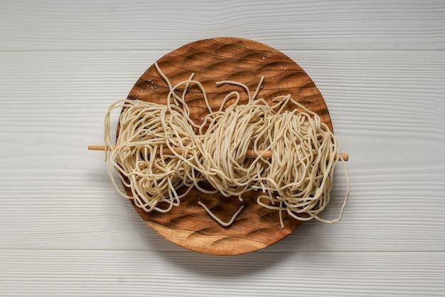 生の三重アヤム、白い背景にcopyスペースを持つインドネシアの人気の屋台の食べ物