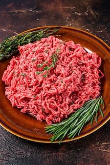 허브와 함께 소박한 접시에 원시 말하다 쇠고기와 양고기 고기