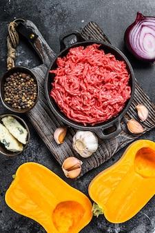 다진 생고기, 호박, 마늘, 양파 프리미엄 사진