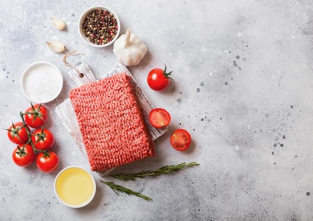 Сырой фарш домашнего говядины со специями и зеленью.