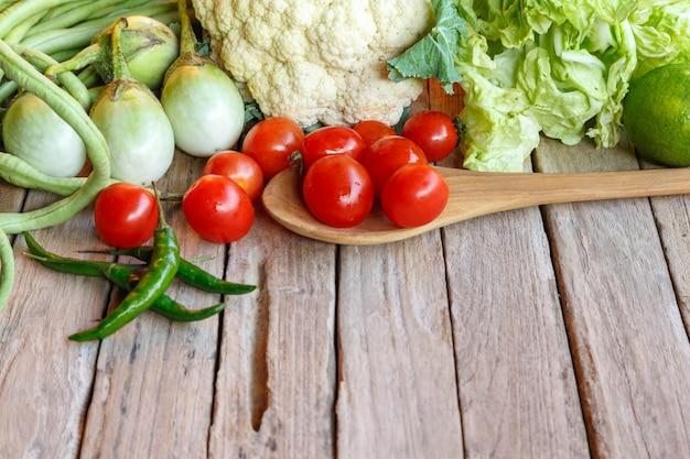 木製のテーブルに生の混合野菜