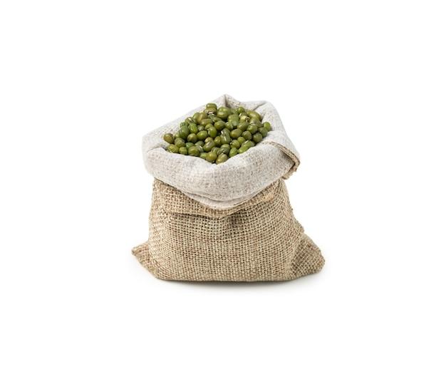흰색 배경에 자루에 원시 녹두 씨앗