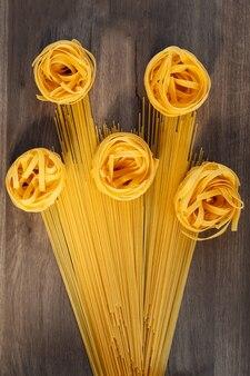 花の花束の形をした生麺とスパゲッティパスタ