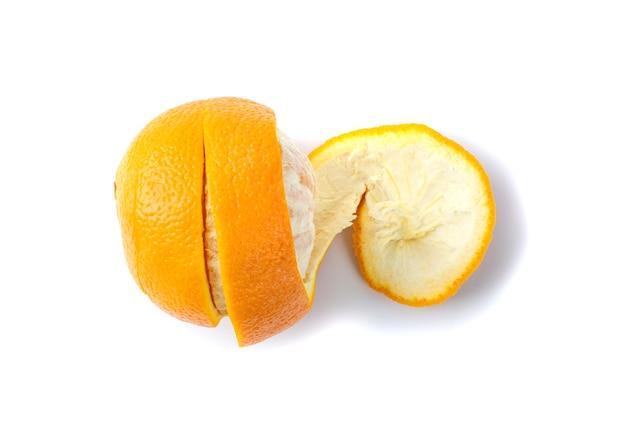Сырая апельсиновая корка изолированная на белой поверхности. fresh zest сфотографирован с естественным освещением сверху