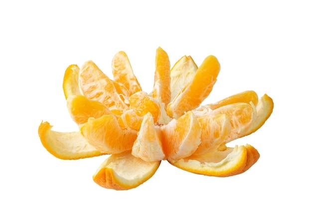 Сырые апельсиновые сегменты и кожура изолированные на белой поверхности. свежая цедра, снятая при естественном освещении