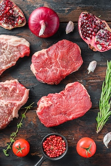 조미료와 허브를 곁들인 생 유기농 대체 쇠고기 스테이크 엉덩이
