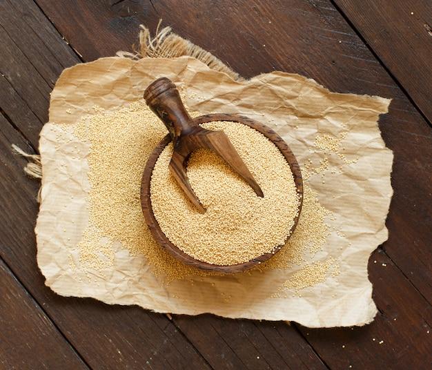 木製のテーブルのボウルに生の有機アマランサス穀物