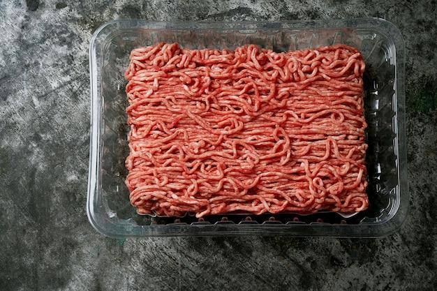 투명 플라스틱 포장에 생 유기농 쇠고기 다진 고기. 평면도. 플랫 레이.