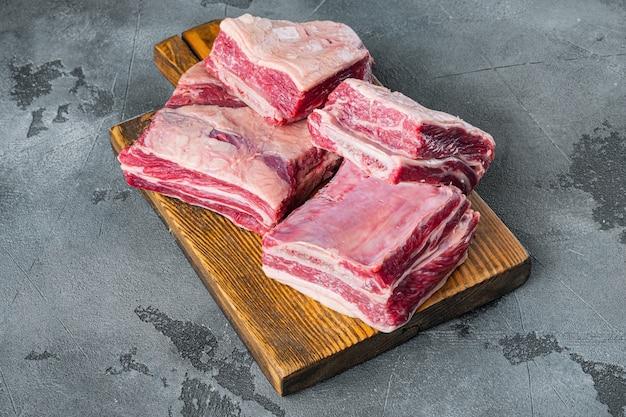 회색 돌 위의 생 유기농 쇠고기 갈비 요리 준비 완료