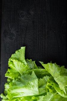 텍스트 복사 공간이 있는 검은색 나무 테이블에 원시 유기농 녹색, 오크 상추