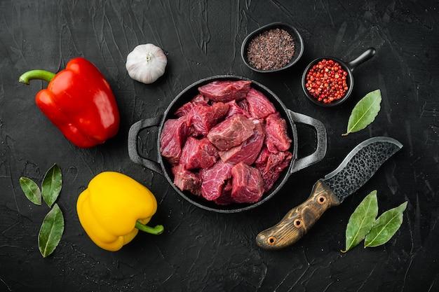 Сырое органическое мясо говядины или баранины со сладким болгарским перцем на чугунной сковороде