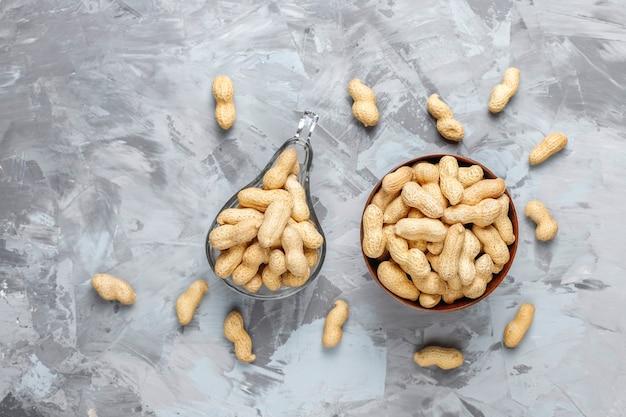 シェルで生の有機ピーナッツ。