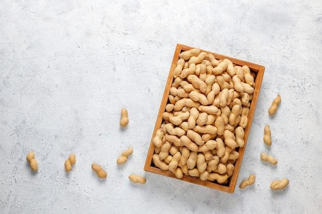 殻付きの生の有機ピーナッツ。