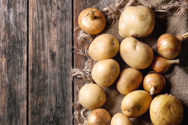 Сырой органический картофель и лук