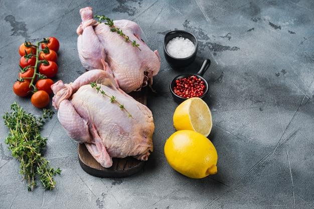 허브와 재료를 넣은 생 유기농 생 닭고기