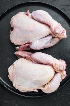 익히지 않은 유기농 생 닭고기