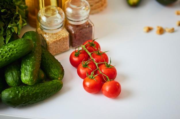 Сырые органические овощи, фрукты и орехи с свежих ингредиентов для здорового приготовления пищи на кухне. веганские или диетическое питание концепции. здоровый образ жизни и еда