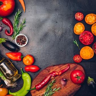 ヴィンテージの背景、上面図、バナーで健康的に調理するための新鮮な食材を使用した生の有機野菜。ビーガンまたはダイエット食品の概念。フリーテキストスペースのある背景レイアウト。