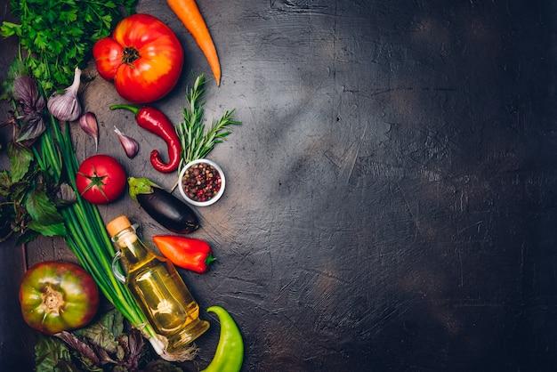 Сырые органические овощи со свежими ингредиентами для здорового приготовления