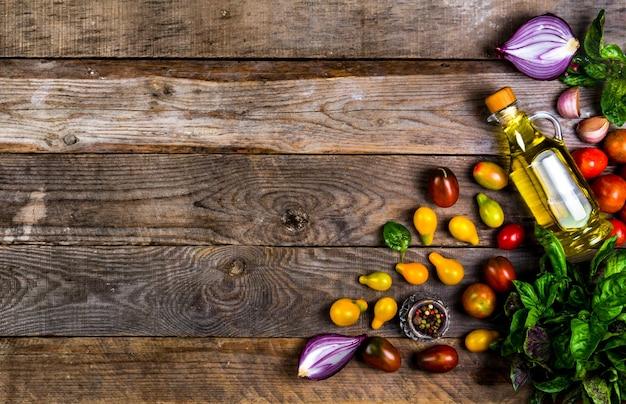 健康的な料理のための新鮮な食材を使った生の有機野菜