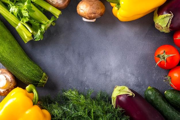 テキストスペースのある生の有機野菜。