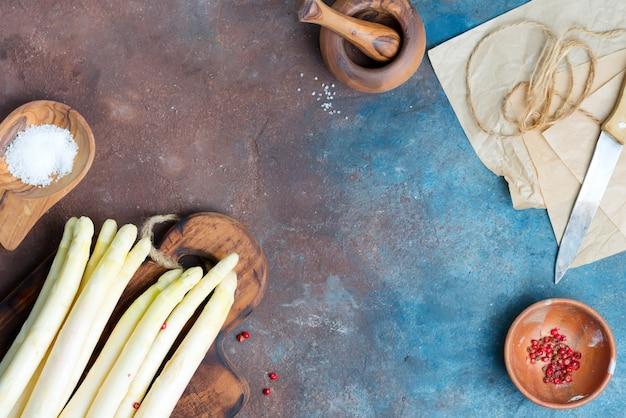 Сырье органическая белая спаржа копья на деревянной доске и кухонной утвари
