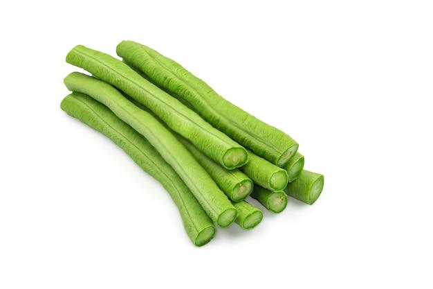 生の有機ヤード長い豆は、クリッピングパスと孤立した白地にスティック部分にカットしました。