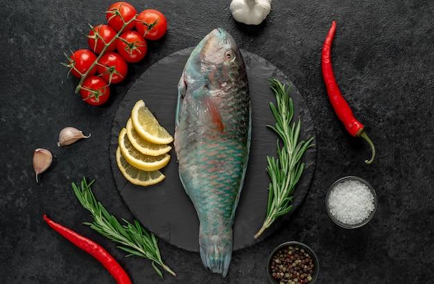 石の背景のneの背景のstorawオウムの魚の生のブダイ