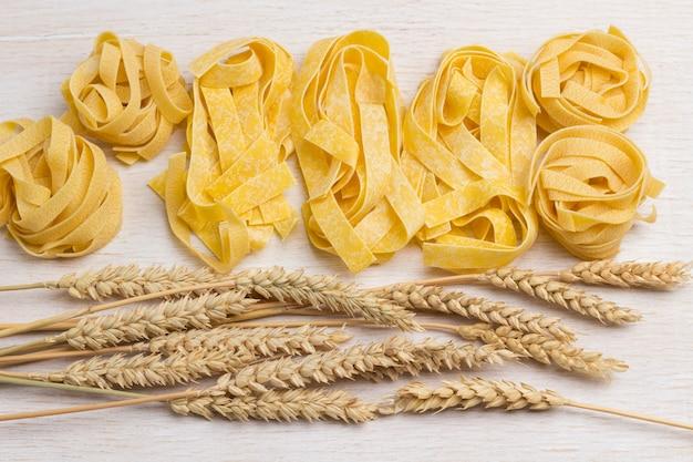 生パスタと小麦の小穂。