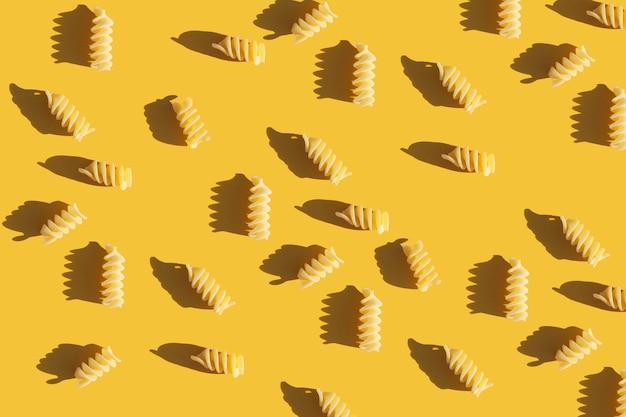 밝은 노란색 배경 음식 패턴에 생 파스타