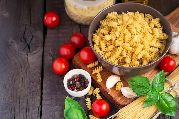 Сырая паста с помидорами черри и ингредиентами