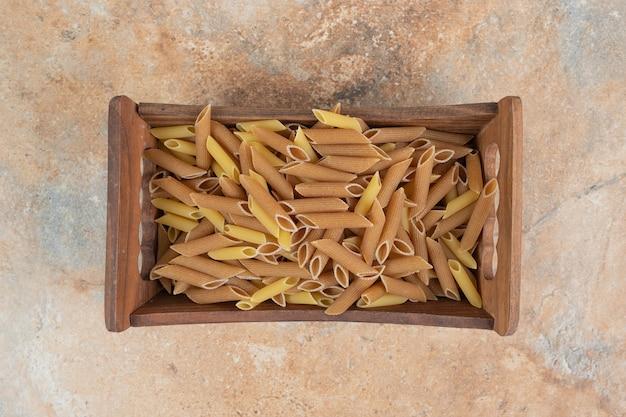 木製バスケットの生ペンネパスタ