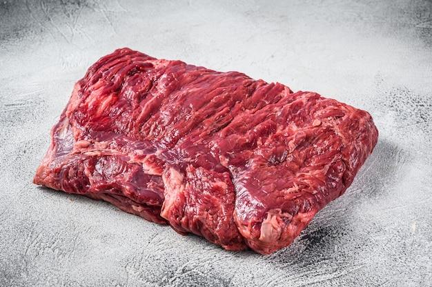 Сырой кусок грудинки мраморной говядины