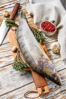 Сырой судак, рыба судак на разделочной доске свежая рыба