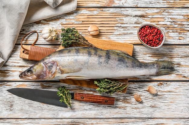 生のパイクパーチ、まな板の上のパイクパーチの魚。