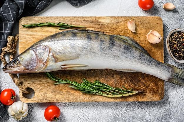 Сырой судак, рыба судак