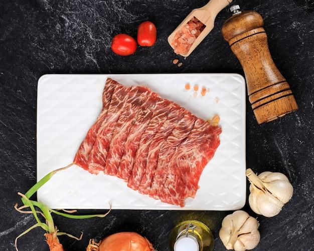 한국식 불고기, 스키야키 또는 일본식 그릴을 위한 생 분홍 한국식 또는 일본식 마블 비프 숏 립(toku rib).