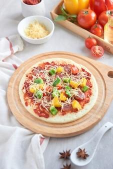 재료로 만든 생 피자