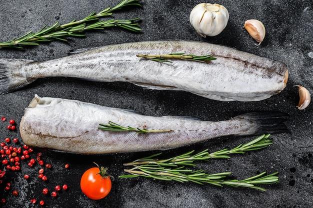 Сырая рыба минтая готова к приготовлению