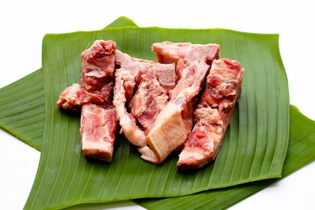 바나나 잎에 분리된 생 돼지뼈