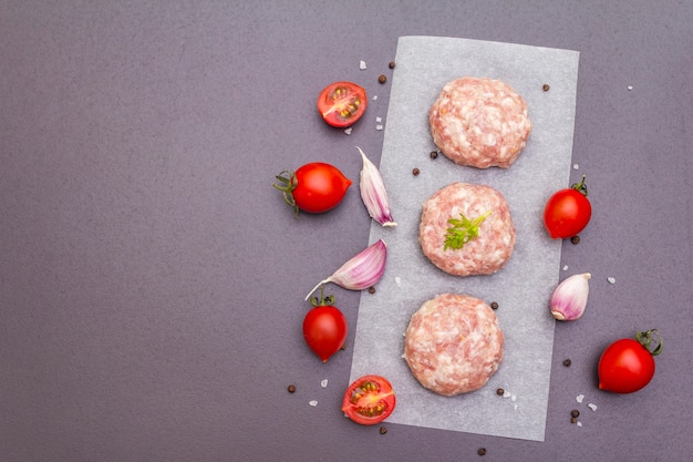 Raw pork cutlets with spices and vegetables