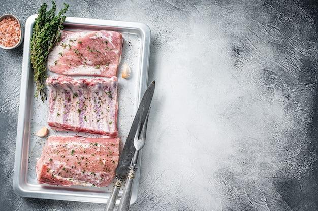 베이킹 플래터에 생 돼지 고기 컷, 등심 고기, 갈비 및 양지머리.
