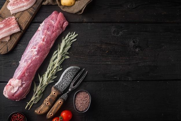 Сырое филе свинины с шалфеем, на черном деревянном столе