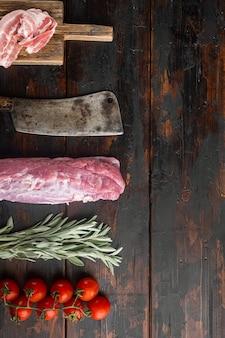 Сырое филе свинины с шалфеем, установленное старым ножом-мясником, на старом темном деревянном столе