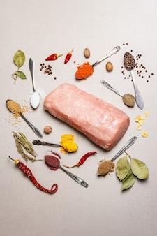 생 돼지 등심과 각종 향신료