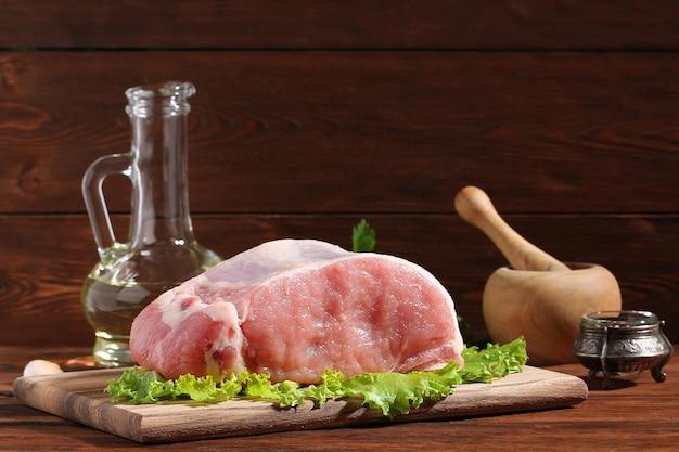 テーブルの上の生の豚ロース肉