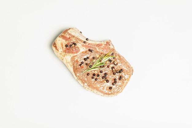 白身に分離された生豚ロースステーキ。