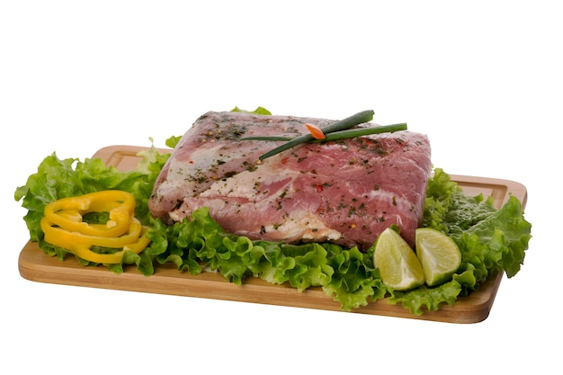 Сырое мясо свинины на разделочной доске на белой предпосылке.