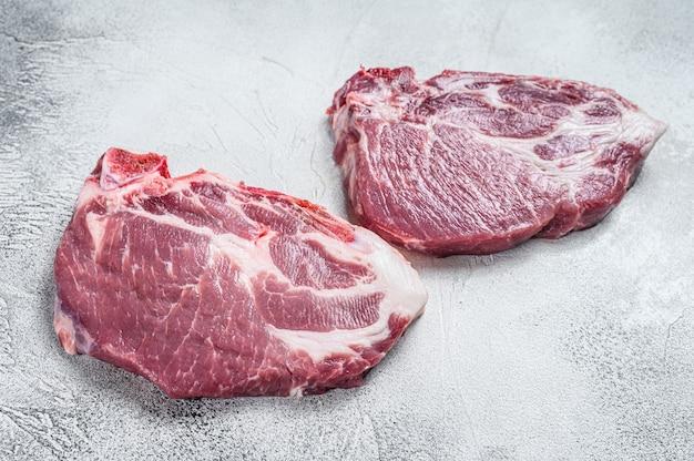 Сырые стейки из свиной шеи