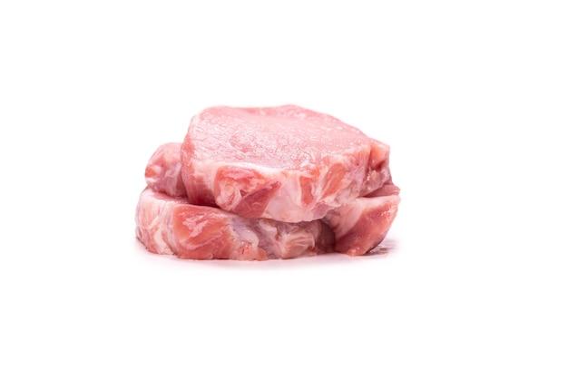Кусочки сырой свинины, изолированные на белом фоне. вид сверху.